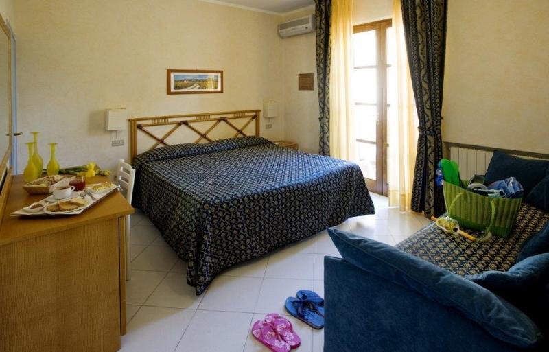 Foto_camera_sofa_hotel_Corallo