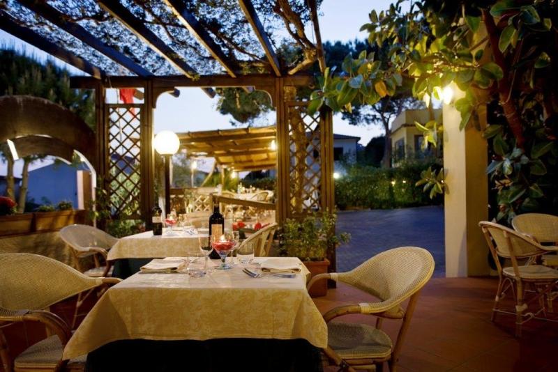 Foto_ristorante_tavoli_esterni_hotel_Corallo
