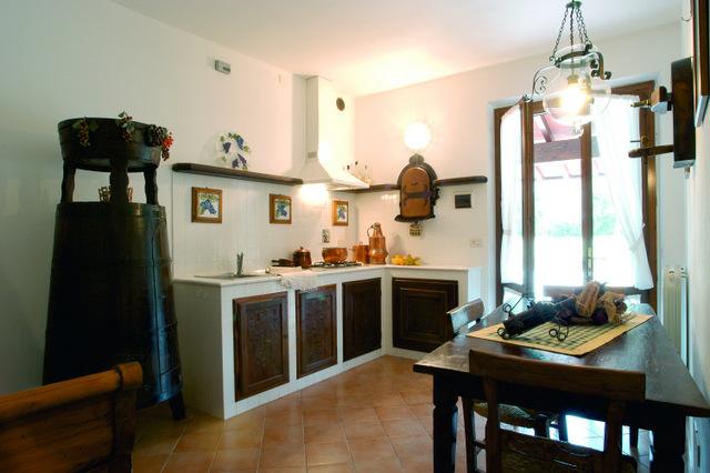 Foto_cucina_appartamento_cantina_agriturismo_La_Rombaia