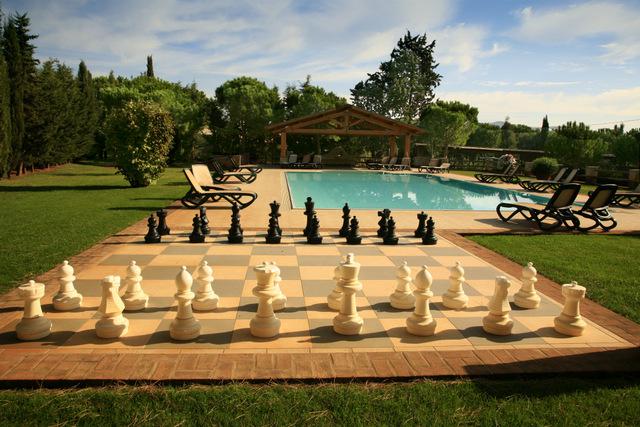 Foto_piscina_scacchi_agriturismo_La_Rombaia
