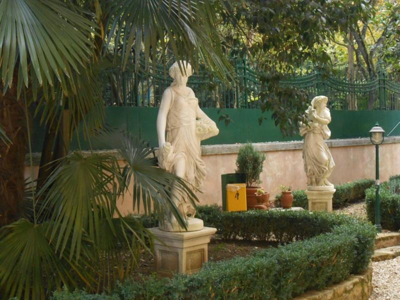 Foto_statue_giardino_Istituto_Suore_Rave_Di_S_Elisabetta