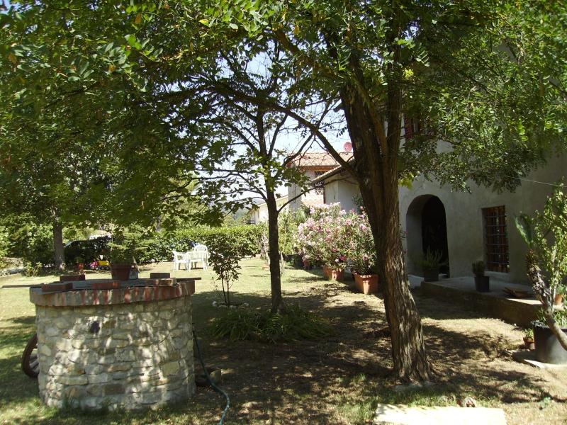Foto_giardino_con_pozzo_Agriturismo_La_Querce