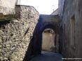 Arcidosso (GR) - La antica Porta Talassese nelle antiche mura. La porta si presenta con arco a tutto sesto con linee sobrie e con uno stemma bianco e nero a testimonianza del passaggio del paese di Arcidosso nella Repubblica di Siena avvenuto nel trecento.