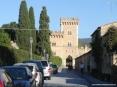 Bolgheri (LI) - La porta principale di accesso al paese sotto le mura e la torre