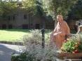 Bolgheri (LI) - La statua della nonna del poeta Giosu? in Piazza Alberto