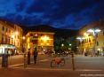 Buti (PI) - Piazza garibaldi nel cuore del centro del borgo di Buti. Sulla piazza si affacciano diversi bar e altre attività commerciali.