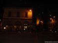 Buti (PI) - Edifici antichi circondano piazza garibaldi, nel cuore del paese. Sulla piazza si affacciano diversi bar e attiità commerciali. Alzando lo sguardo si possono ammirare le fortificazioni antiche del Castel Tonini.