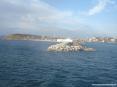 Canale di Piombino (LI) - Il molo del porto con lo sfondo della città e della collina della Tolla