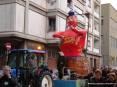 Carnevale Piombino 2009 - Il carro di Cicciolo, il Re Carnevale piombinese è quasi sempre rappresentato ubriaco! In questa edizione Cicciolo esce col busto da un pozzo.