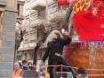 Carnevale Piombino 2009 - La vedova di Cicciolo. La moglie del Re Carnevale accompagna Cicciolo al rogo vestita a lutto. La vedova nella tradizione è da sempre un uomo mascherato in abiti succinti
