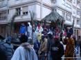 Carnevale Piombino 2009 - Il carro della comunità africana piombinese è realizzato con una capanna di rami di palma. Un dj suona musica etnica.