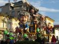 Carnevale di Viareggio (LU) 2008 - Bella realizzazione nel carro di Luigi Verlanti e F.lli Bonetti - Troppi grilli per la testa. Un boia si erge sulla sommita e sotto lì
