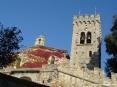 Castagneto Carducci (LI) - Sulla sommità del paese svetta una antica chiesa col suo massiccio campanile