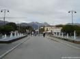 Forte dei Marmi (LU) - la fotografiea è stata scattata con le spalle al pontile e con lo sguardo verso via Spinetti. Ai lati si vedono le fontane coi loro zampilli.