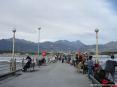Forte dei Marmi (LU) - Foto dal pontile verso la città e le Alpi Apuane. Sal pontile del Forte è possibile spaziare con lo sguardo dal mare alla montagna in una vista unica nel suo genere.