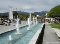 Forte dei Marmi (LU) - Procedendo dal pontile verso via Spinetti dopo la piazzetta con le sculture si passa fra due curate fontane a zampillo.