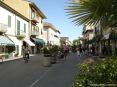 Forte dei Marmi (LU) - Una foto scattata in via Mazzini, nel centro della città fra negozi di alta moda, firme e gioiellerie importanti.