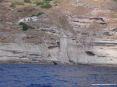 Isola di Capraia (LI) - Cala Rossa è una piccola insenatura nella costa rocciosa di colore rosso intenso. Forte e meraviglioso è il contraso col verde della vegetazione, gli scogli e l