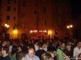 Luminara San Ranieri 2008 Pisa (PI) - Ragazzi e ragazze fanno festa in piazza La Pera di fronte ad un piccolo palco