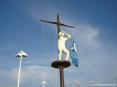 Marina di Cecina (Cecina Mare) (LI) - Un monumento porta la Bandiera Blu vinta dalla spiaggia come riconoscimento per la sua qualità