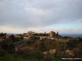 Montalcino (SI) - Arrivando dalla direzione di Grosseto il paese di Montalcino si presenta improvvisamente dietro una curva in tutto il suo splendore