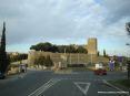 Montalcino (SI) - La rotatoria sulla strada di accesso al paese: di fronte si erge imponente fortezza, la Rocca di Montalcino; sulla sinistra si accede ad un comodo parcheggio auto e sulla destra si va verso lo stadio.