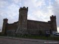 MontaMontalcino (SI) - La Fortezza di Montalcino è una rocca impressionante. Si erge dal punto più alto del paese ed ha una struttura pentagonale. La costruzione risale al 1361, la progettazione è stata attribuita a due architetti senesi: Domenico di Feo e Mino Foresi. La fortezza ha inglobato altri edifici che esistevano prima della sua costruzione: il mastio di Santo Martini, la torre di San Giovanni e un