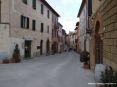 Montalcino (SI) - Via Ricasoli si snoda dalla Fortezza fino nel centro storico del borgo. Lungo la via ci sono numerosi negozi, wine bar, bar e cantine che vendono il prezioso vino Brunello di Montalcino