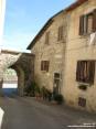 Monterchi (AR) - Tra le case sono presenti ancore le antiche mura di fortificazione del paese.