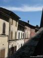 Monterchi (AR) - Le case e i tetti del paese fra antiche mura.