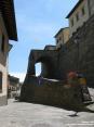 Monterchi (AR) - Le vie del borgo sono lastricate e protette da forti mura antiche.