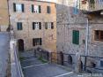 Monticiano (SI) - Una via che scende da piazza Giuseppe Garibaldi circondata da antichi edifici - Fotografia Novembre 2009
