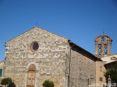 Monticiano (SI) - La romanica Chiesa Parrocchiale di San Giusto e Clemente in piazza Giuseppe Garibaldi. Sugli accessi sono scolpite figure di fiori ed animali che mostrano riferimenti preromanici. Sullo sfondo si nota il campanile a mattoni in stile barocco. All