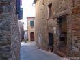 Monticiano (SI) - Tra i vicoli del paese ci si ritrova immersi in un dedalo di viuzze circondate da antichi edifici a sasso, piazzette e fonti - Fotografia Novembre 2009