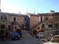 Monticiano (SI) - Piazzetta della Concordia è il cuore storico del paese. La graziosa piazza porta fino ai giorni nostri gli antichi edifici medievali e parte delle antiche fortificazioni che difendevano il Castello - Fotografia Novembre 2009