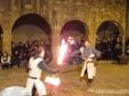42a Sagra di Suvereto 2009, Suvereto (LI) - In piazza della Cisterna il pubblico si stringe fra glia rchi del chiostro per ammirare i combattimenti a fil di spada dei Cavalieri di Ildebrandino nella loro abile simulazione di scontro armato - Foto del 08/12/2009