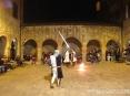 42a Sagra di Suvereto 2009, Suvereto (LI) - I Cavalieri di Ildebrandino incitano il pubblico durante una esibizione in costume nel chiostro di piazza della Cisterna  - Foto del 08/12/2009