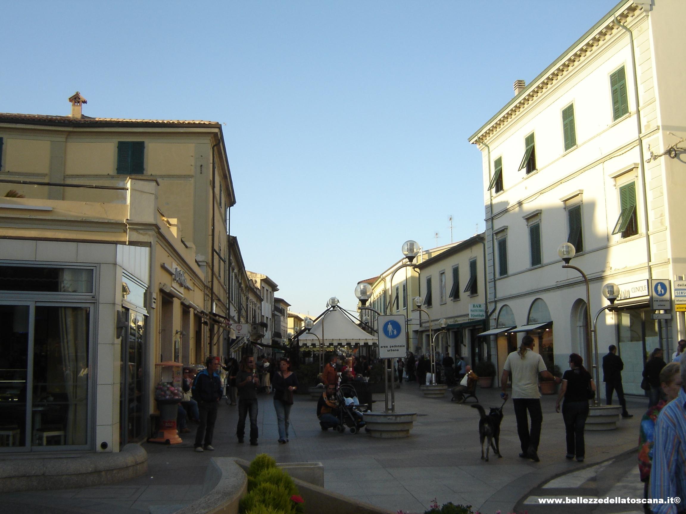 San Vincenzo (LI) - L'inizio del corso principale ricco di negozi ...