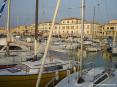 San Vincenzo (LI) - Tra gli alberi delle barche si scorge la piazza del porto, subito dietro al corso principale