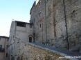 Sassetta (LI) - Antichi edifici a pietra si ergono possenti sui vicoli del paese - Fotografia dicembre 2009