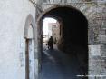 Sassetta (LI) - La piazzetta della Chiesa è accessibile passando sotto un antico arco in pietra - Fotografia dicembre 2009