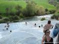 Saturnia Terme e paese (GR) - La calda acqua sulfurea a circa 37,5°C dalla cascata passa di vasca in vasca fino a raccogliersi su un torrente a valle.