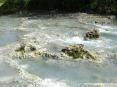 Saturnia Terme e paese (GR) - Nel torrente a valle il fondo è costituito da rocce calcaree e sassolini sferici di colore chiaro.