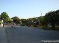 Torre del Lago Puccini, Viareggio (LU) - Il piazzale e la passeggiata si interpongono fra la casa di Giacomo Puccini ed il lago offrendo una bella zona verde con panchine e aiuole - Fotografia maggio 2009