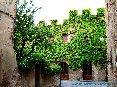 Certaldo(FI) - Un palazzo costruito sulle mura di cinta alla fine di via Boccaccio. Girando l