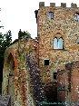 Certaldo(FI) - In questa foto si vede la Porta Alberti, porta di accesso al paese dal quale si può arrivare con una strada o con la comoda funicolare. Sullo sfondo lo splendido Palazzo Stiozzi Ridolfi con le sue finestre a bifora. (MAG2006)