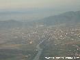 Pisa (Pi) - Foto aerea della città. In primo piano il fiume Arno fra e sullo sfondo il monte Serra. Si nota bene il ponte sull